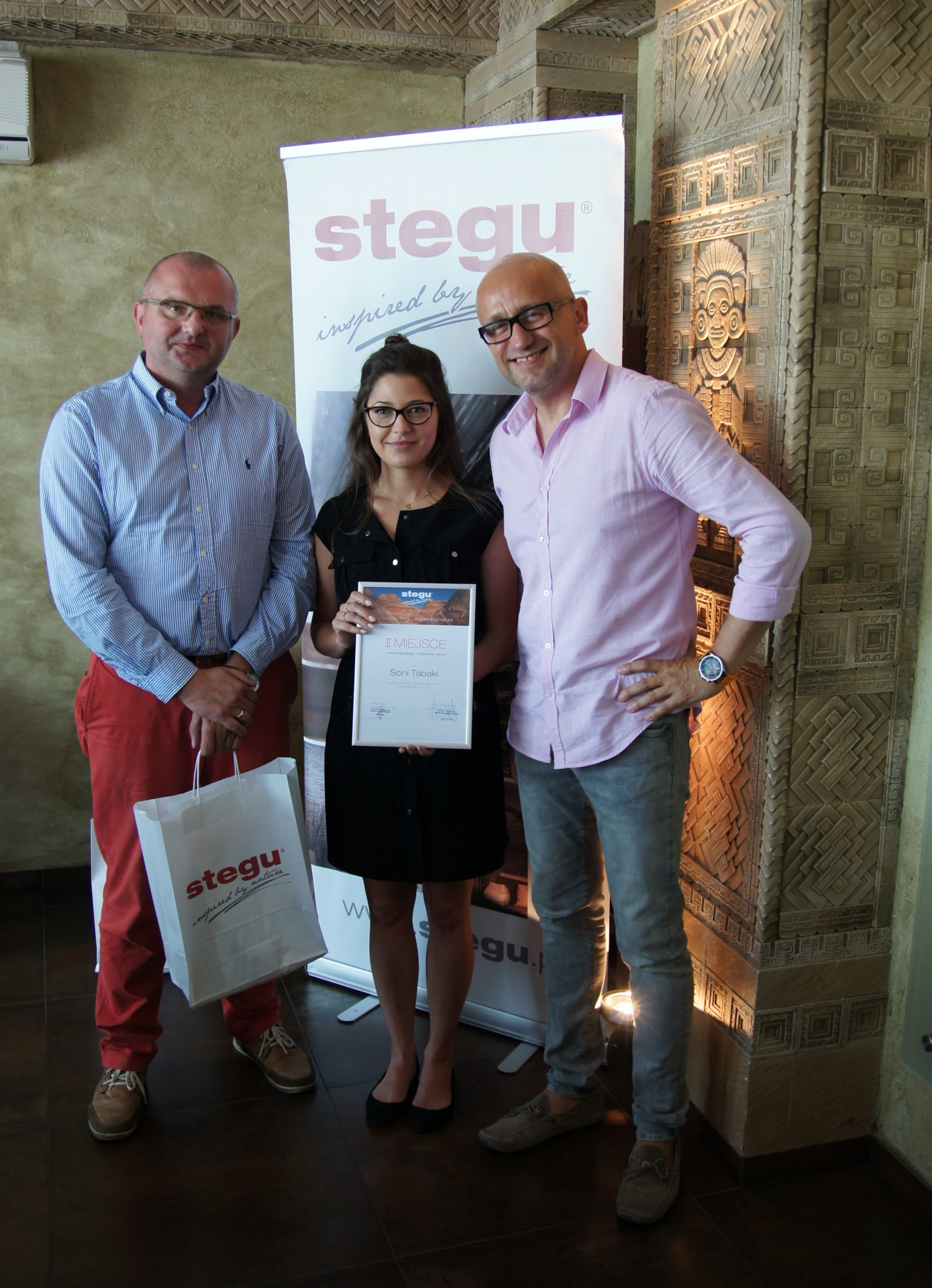 Laureatka III nagrody – Sonia Tabaka, Dyrektor Pionu Sprzedaży i Marketingu – Jacek Sęk i Kierownik Biura Projektów Stegu – Jacek Wróbel